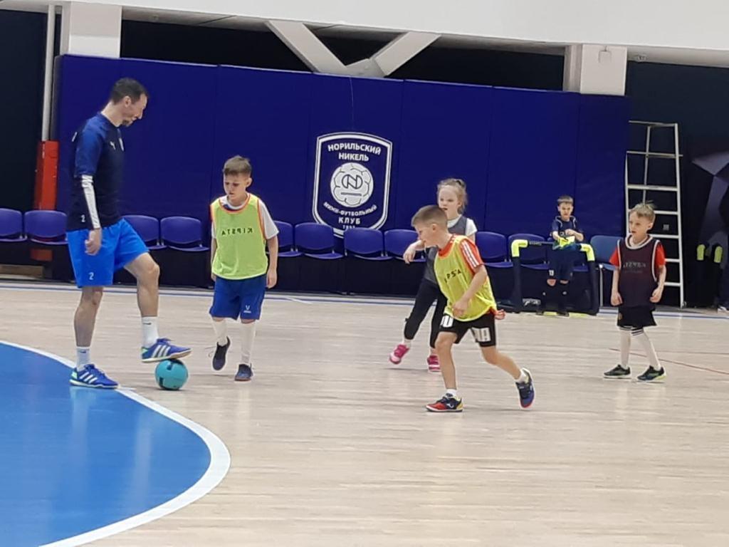 На паркете спортхолла «Айка» впервые соревнуются юные футболисты