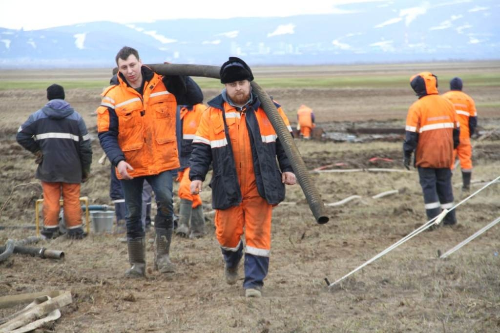 За двое суток работы спасателям удалось собрать на реке Амбарной около 35 кубометров дизтоплива