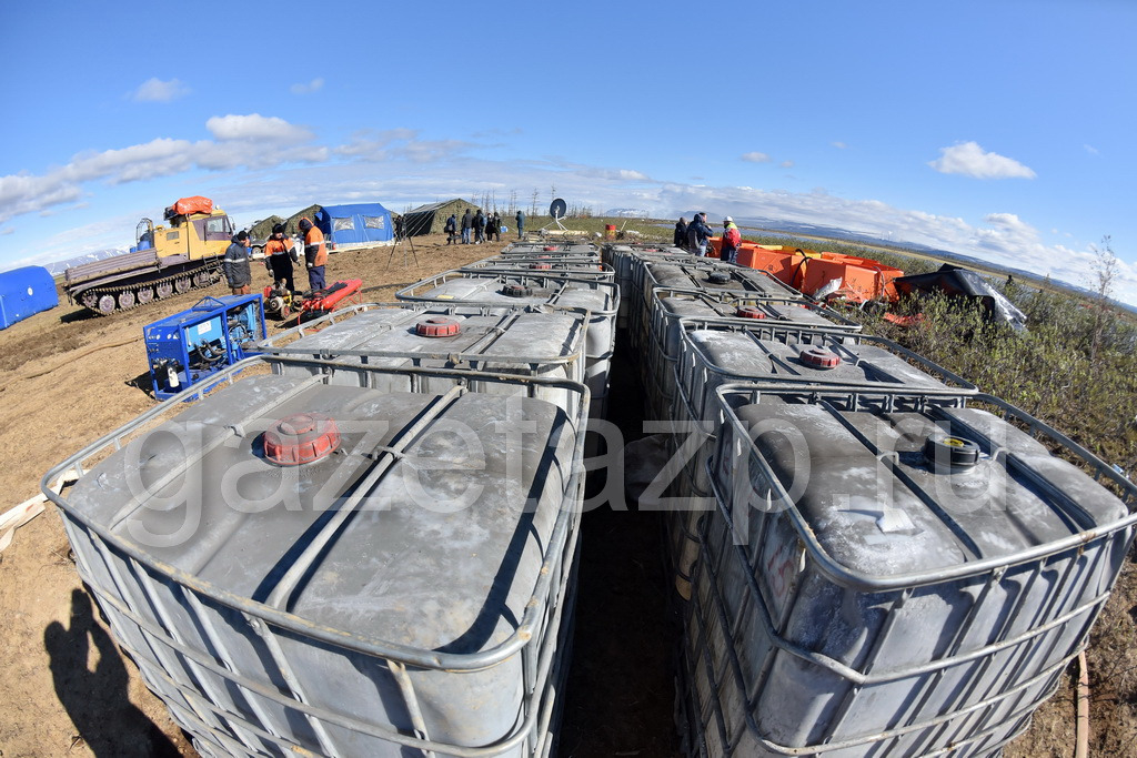 За минувшие сутки спасатели собрали на реке Амбарной больше разлившихся нефтепродуктов, чем за все предыдущие дни
