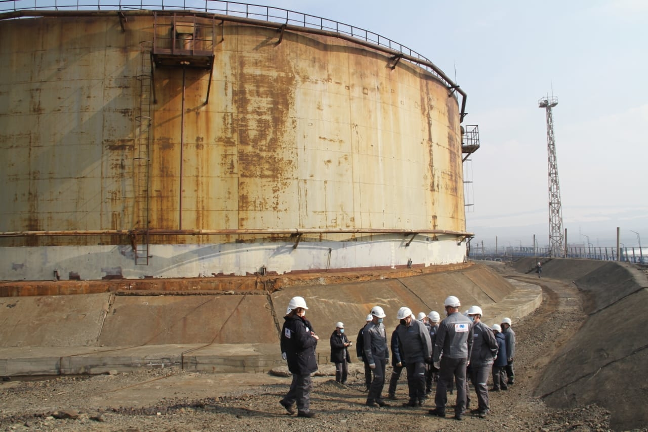Руководители «Норникеля» осматривают места разлива топлива на ТЭЦ-3