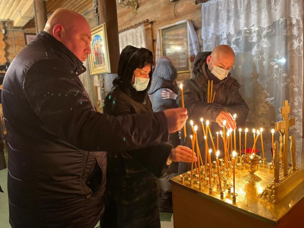В храме Святой Троицы возложили цветы в память о погибших при сходе лавины на горе Отдельной