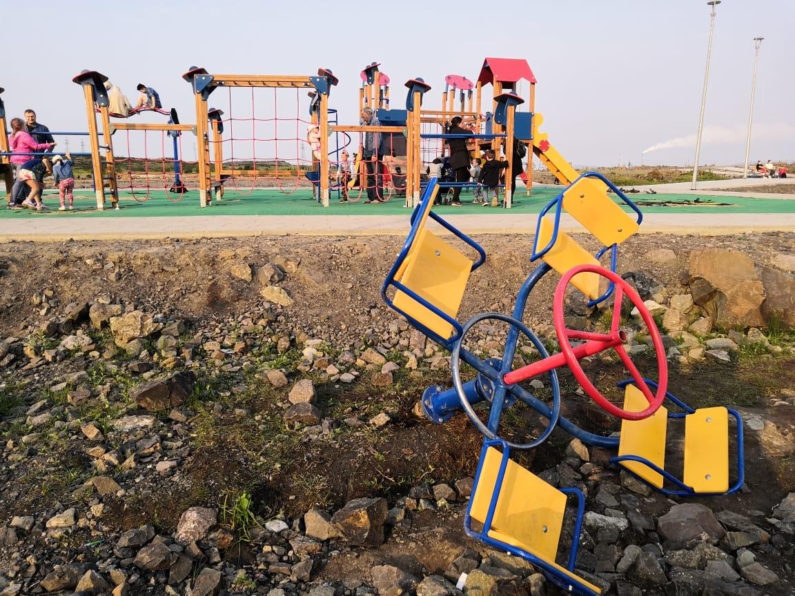 Детские площадки в Норильске страдают от вандалов: за полторы недели сломано 10 подвесов для качелей