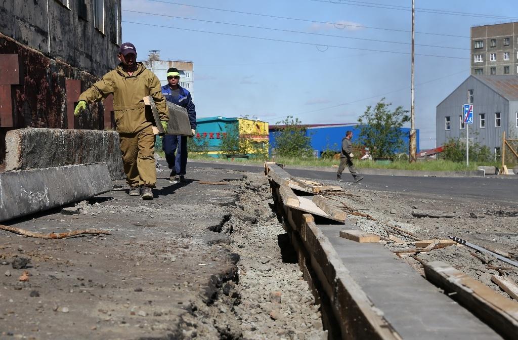 В районе двора на Михайличенко, 6 строят детскую и спортивную площадку