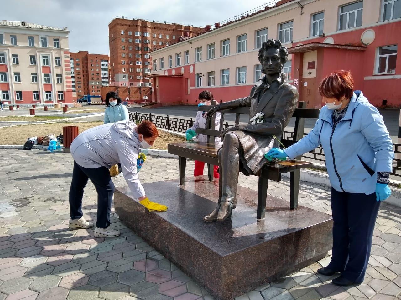 К Дню рождения Пушкина работники публичной библиотеки провели в сквере имени писателя традиционный субботник