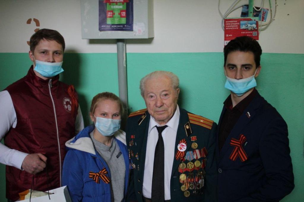 Волонтёры благотворительного фонда «Территория добра» совместно с МПК «Норильский» поздравили ветеранов с Днём Победы