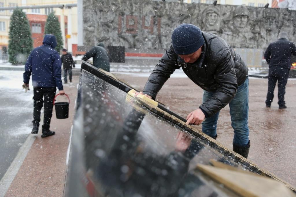 Площадь Памяти Героев в преддверии Дня Победы отмыли дочиста