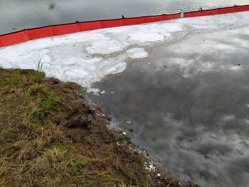 На месте разлива горючего в Тухарде за сутки собрано 89 кубометров топливно-водяной смеси