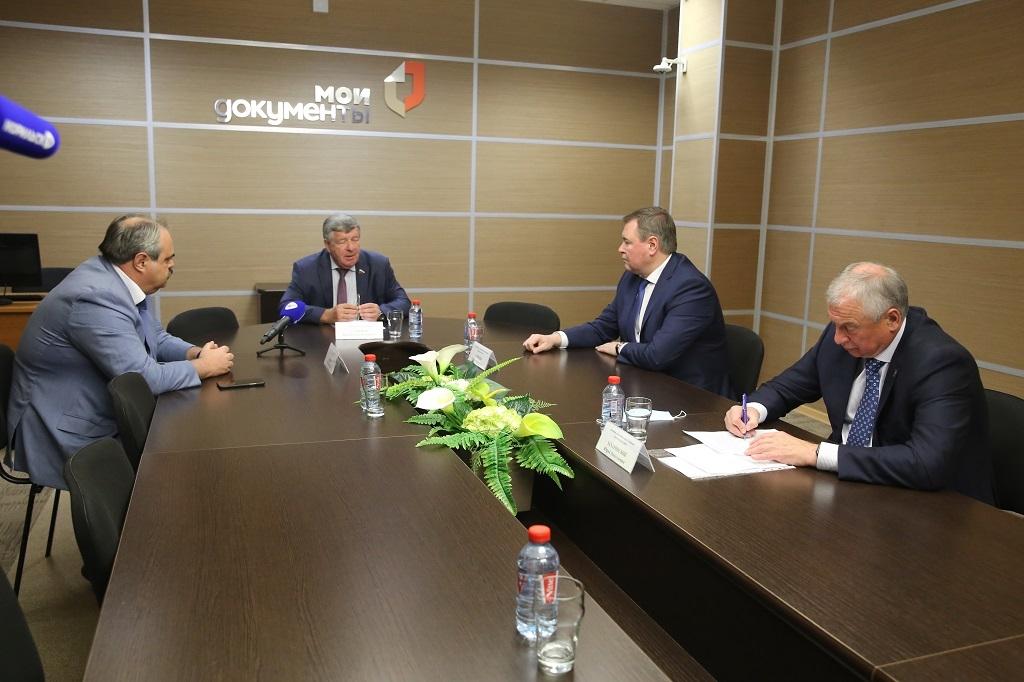 Представители федерального собрания и депутаты краевого Заксобрания обсудили вопросы взаимодействия