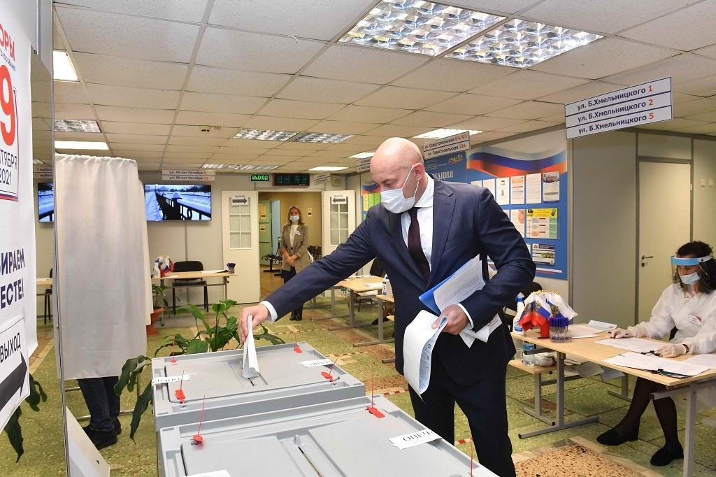 Сегодня в числе других избирателей свой голос на выборах в Госдуму и Заксобрание края отдал Николай Уткин