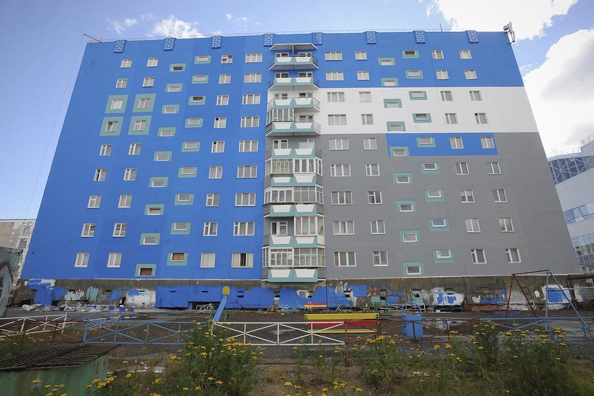 Две многоэтажки на территории «ЖКС – Норильск» заиграли новыми красками