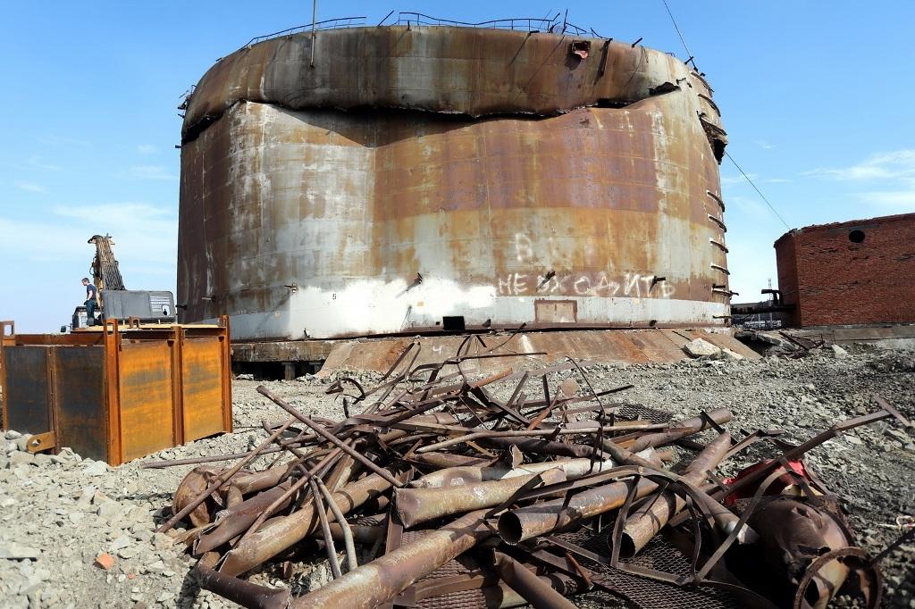 На промплощадке ТЭЦ-3 приступили к демонтажу аварийной ёмкости, ставшей причиной разлива нефтепродуктов
