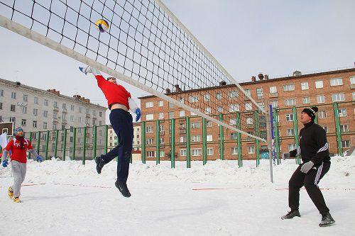 В Норильске прошел 1-й открытый Арктический турнир по зимнему волейболу среди мужских и женских команд на Кубок генерального директора ООО «Норильскникельремонт».