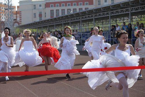 В подвенечных платьях и кроссовках. В этом году в Норильске пройдет юбилейный, пятый, марафон «Бегущие невесты».