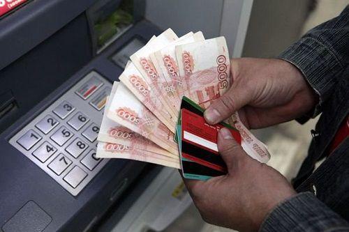 Жителя Норильска обвиняют в краже крупной суммы с банковской карты его соседки.