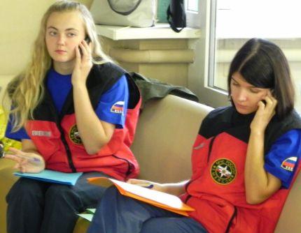 Психологи МЧС по телефону оказывают помощь горнякам шахты в Норильске и их семьям.