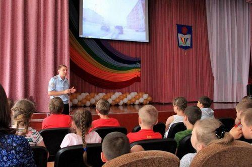 Госавтоинспекторы Норильска беседуют с воспитанниками летних оздоровительных лагерей о безопасности на дорогах.