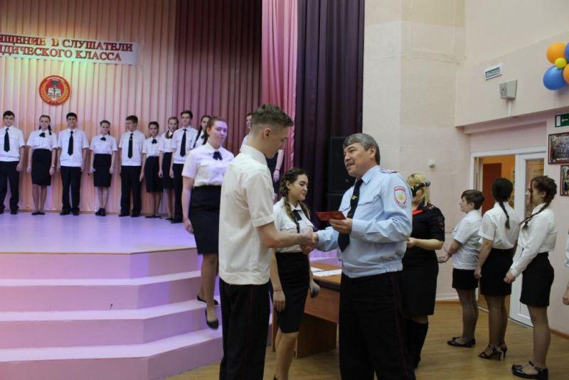 В Норильске полицейские и общественники поздравили десятиклассников 14-й школы с вступлением в ряды слушателей юридического класса.