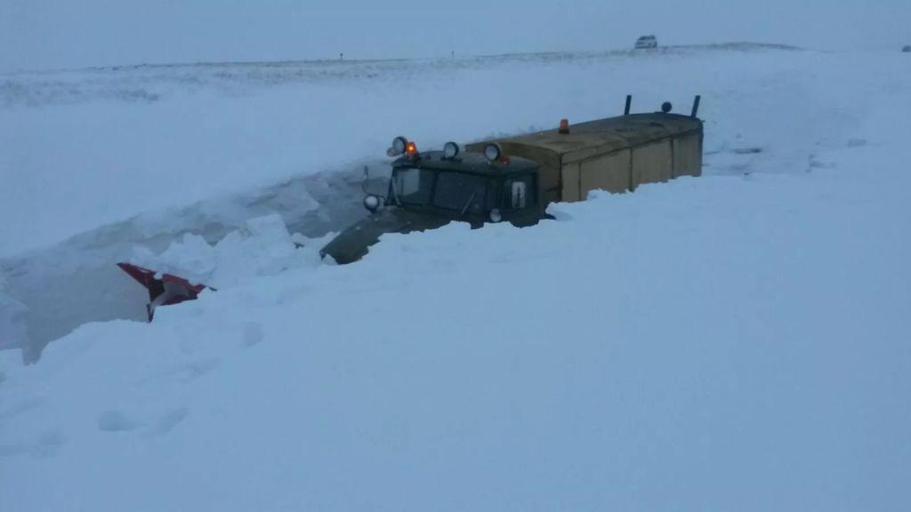Халатность руководителей может стоить людям жизни. Выбраться из снежного плена они смогут только по натянутому канату.