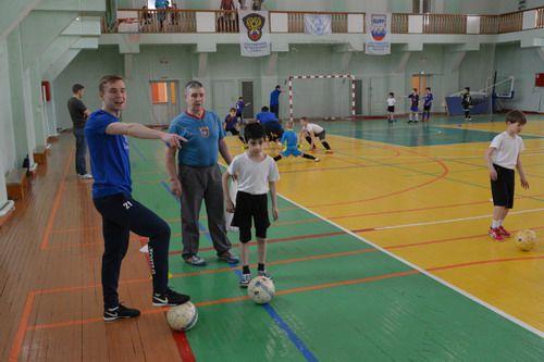 Игроки мини-футбольного клуба «Норильский никель» провели мастер-класс для норильских младшеклассников.