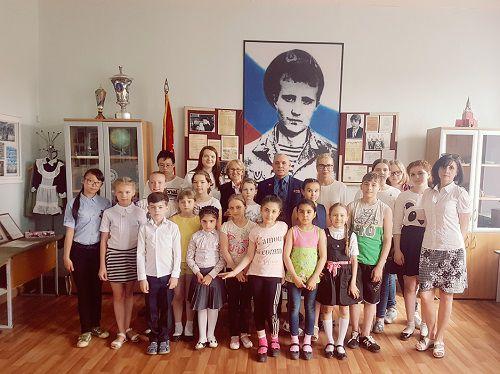 В канун Дня памяти и скорби ребята из норильской городской профильной школы в МБОУ «СШ № 3» совершили путешествие на остров Героев.
