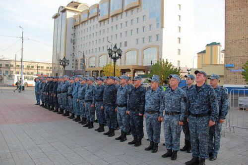 Норильские полицейские возвращаются домой из служебной командировки в Дагестан. Трое из них отличились на службе и сегодня получили заслуженные награды.