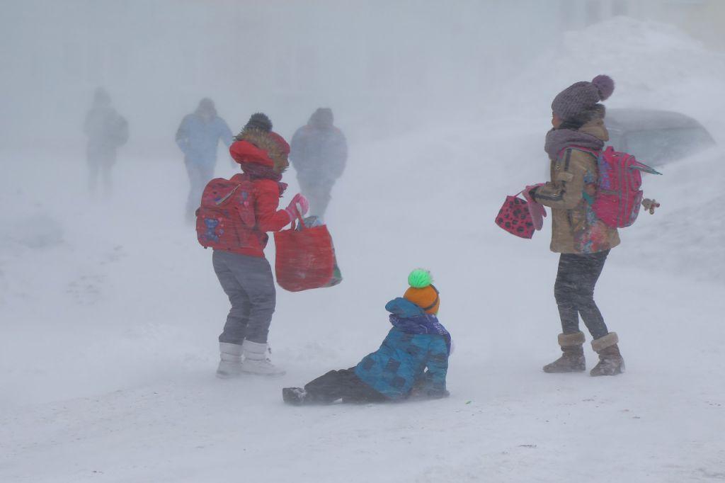 Сегодняшнее несоответствие погоды и актировок для учеников первой смены прокомментировали в ГО и ЧС.