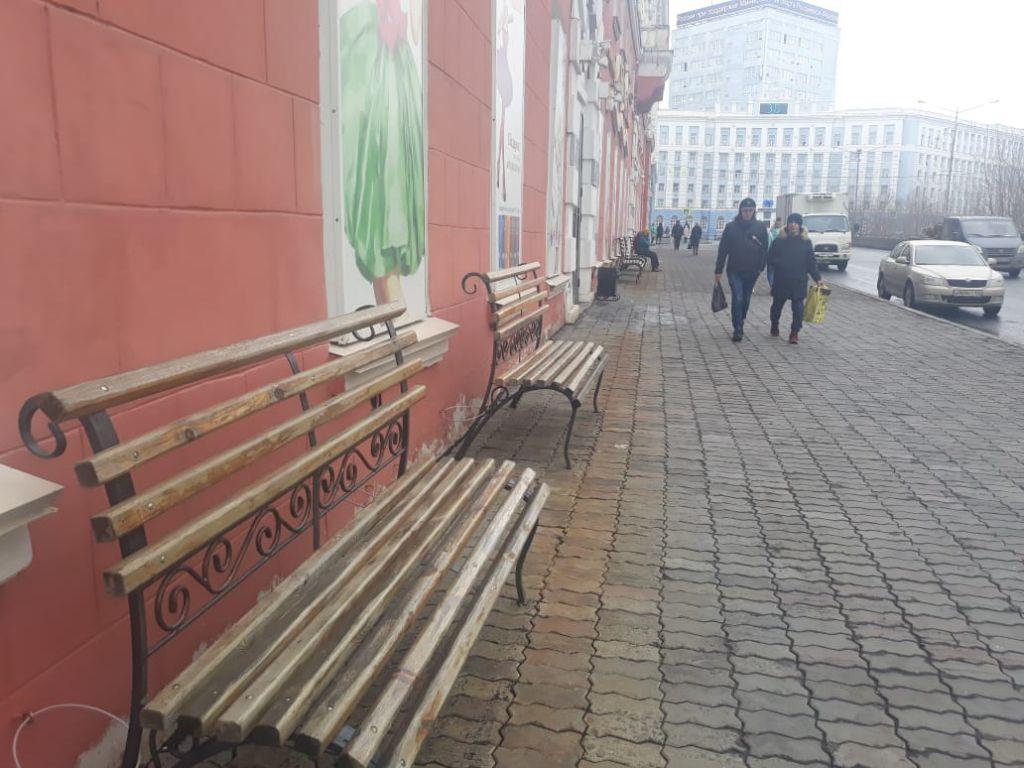 Норильск к лету готов: на Ленинском проспекте появились первые скамейки.