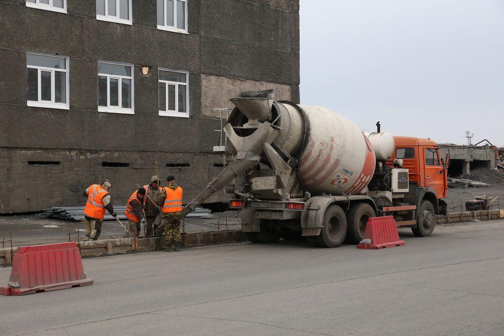 В Норильске полным ходом идёт ремонт тротуаров и бордюров на улицах и дорогах города.