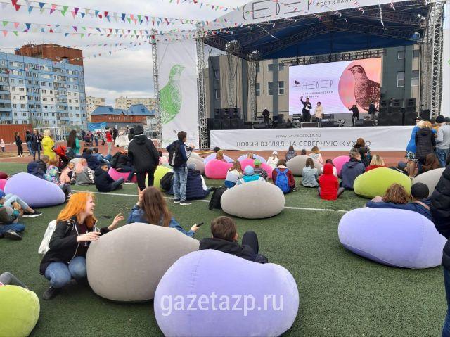 """Зелёный газон стадиона """"Заполярник"""" превратился в кинолужайку."""