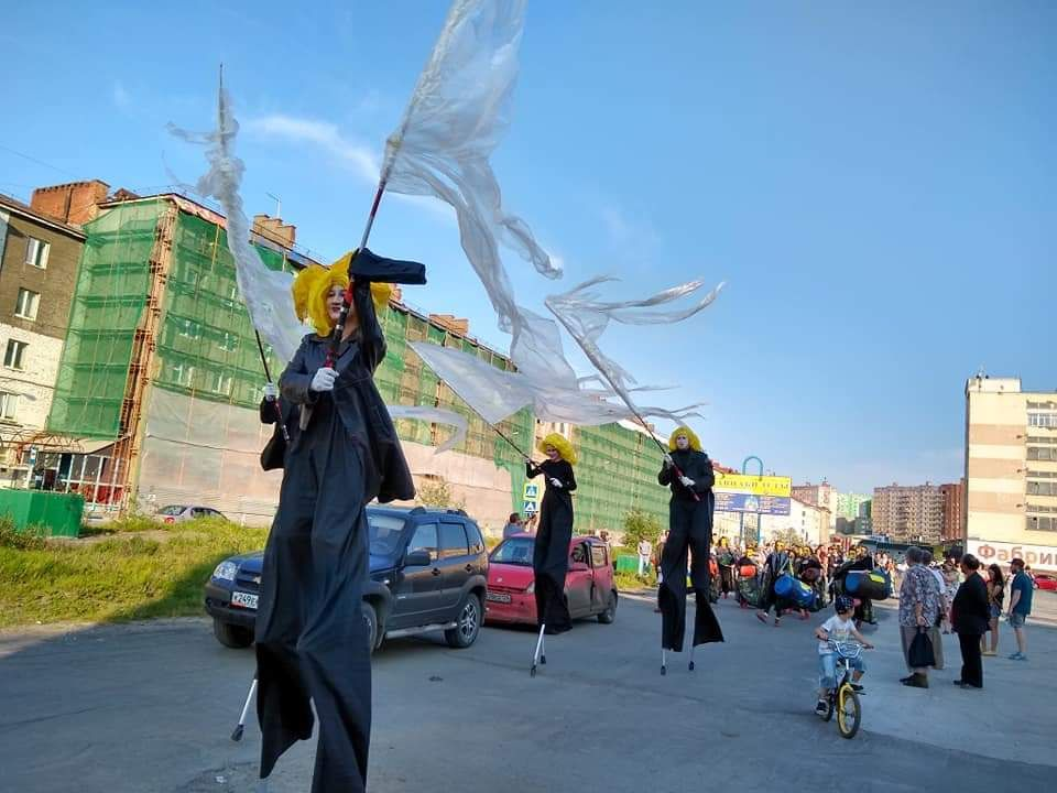 Ходулисты, мимы, хорошая музыка и история о любви к своему городу. На улице Комсомольской прошел показ представления «Летая над Норильском».