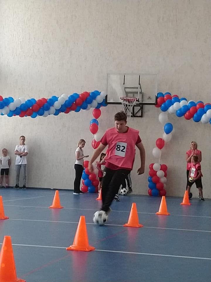 Дети, оставшиеся на лето в городе, не скучают: в молодёжном центре Норильска открылась летняя спартакиада семей воспитанников детсадов.