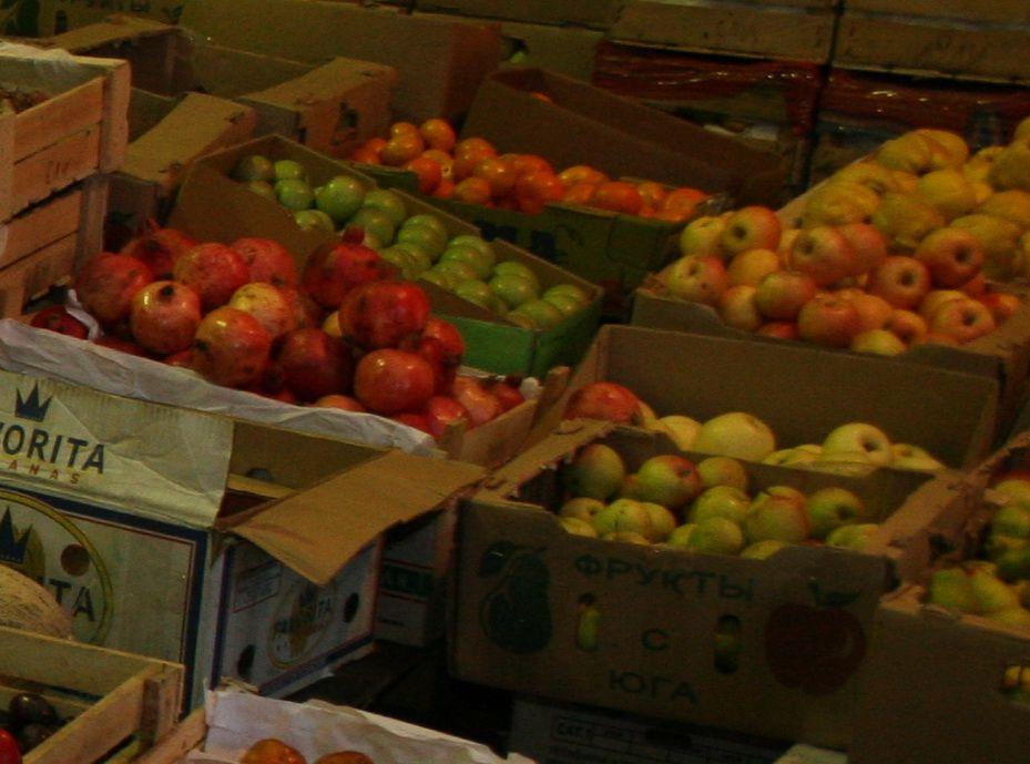 Тонну фруктов и овощей неизвестного происхождения уничтожили в Норильске.