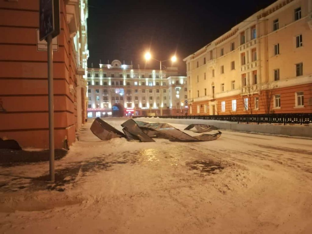 Состояние кровли на Севастопольской, 2, контролирует управляющая компания. Пока не снято штормовое предупреждение, чинить её нельзя.