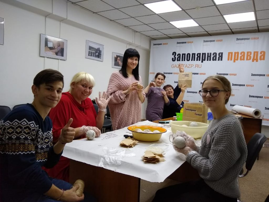 «Газета на шарах»: «Заполярная Правда» вместе с читателями-волонтёрами создает необычные подарочные наборы с ёлочными шарами.