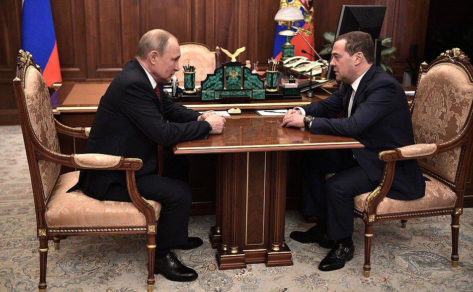 Медведев объявил об отставке правительства России.
