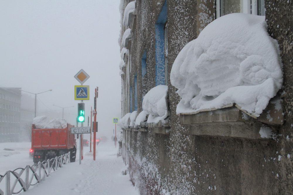 Норильчан призывают своевременно очищать внешние подоконники от снега. Но сперва убедиться, что внизу никого нет.