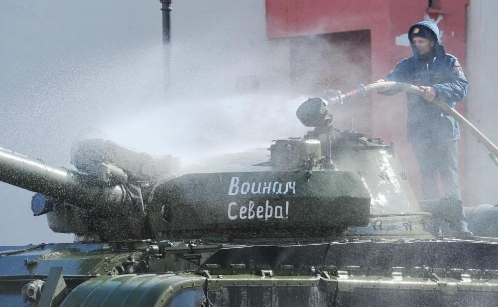 Генеральная уборка на площади Памяти Героев