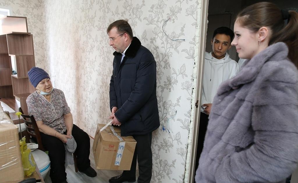 Александр Пестряков навестил пенсионерку, у которой в начале апреля сгорела квартира