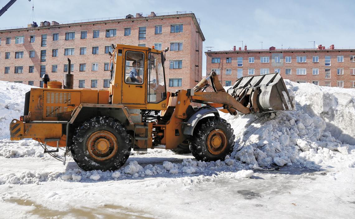 В городе продолжается очистка дворов от снега