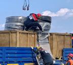 В город завозят оборудование для монтажа трубопровода, по которому будут перекачивать из тундры солярку