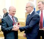 Орден Дружбы Константину Бурлаку вручает губернатор Красноярского края Александр Усс.