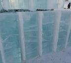 Блоки из льда, которые скоро превратятся в красивые фигуры