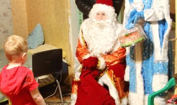 Сотрудники полиции дарят новогоднюю сказку своим подопечным