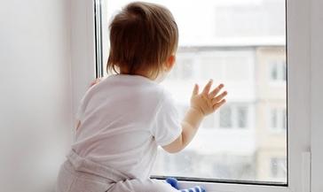 Полиция напоминает родителям, что открытые окна представляют опасность для детей