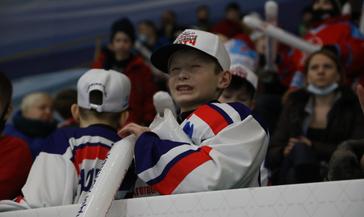 Благотворительный хоккейный матч с участием легенд спорта в Норильске завершился победой гостей