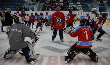 Мастер-класс для мальчишек-хоккеистов норильской спортивной школы провели звёзды Ночной хоккейной лиги