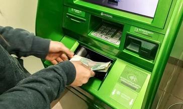 Мужчина украл деньги из лотка банкомата